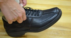 紐靴の履き方02